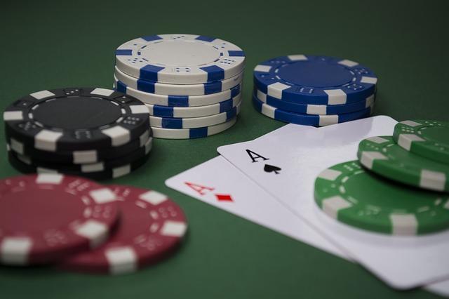 Poker Chips und Karten